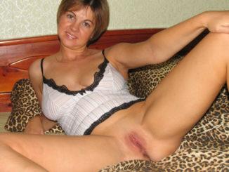 Hausfrau steht auf Sexspielzeug